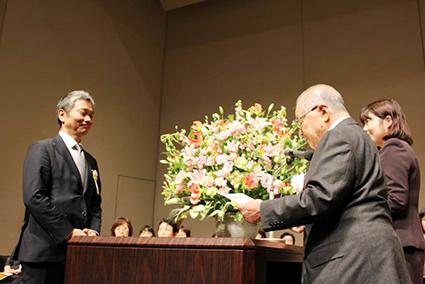 一般社団法人日本家族計画協会・近 泰男会長より表彰を受ける
